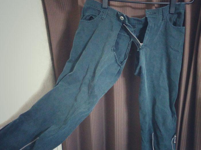 お股が破れた衣装のズボン